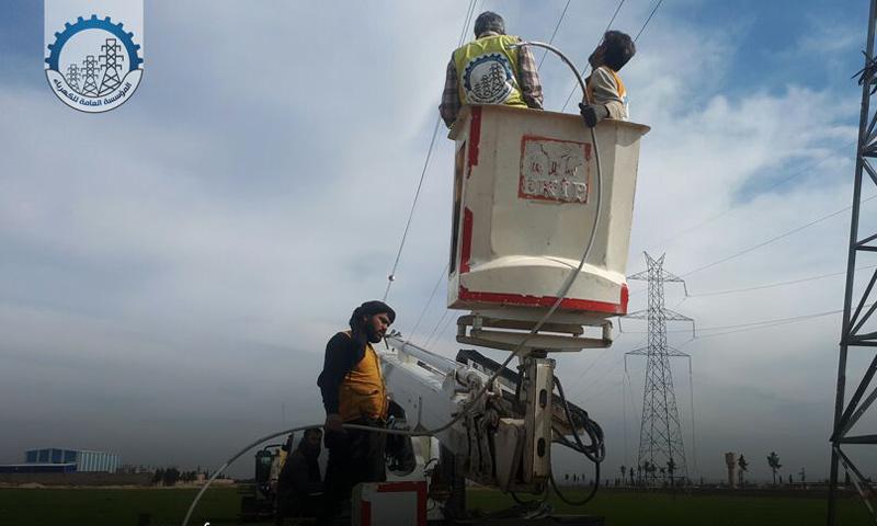 عمليات تأهيل خطوط التوتر العالي في محافظة إدلب - (المؤسسة العامة للكهرباء)