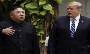 الرئيس الأمريكي دونالد ترامب ورئيس كوريا الشمالية كيم جونغ أونغ في فندق هانوي لجند ميتروبولي - 28 شباط 2019 (AP)