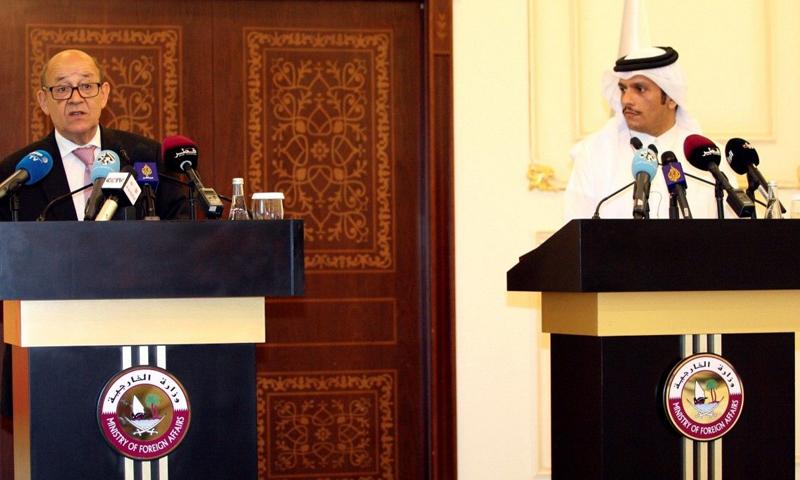 وزير الخارجية القطري محمد بن عبد الرحمن آل ثاني، ونظيره الفرنسي جان إيف لودريان (رويترز)