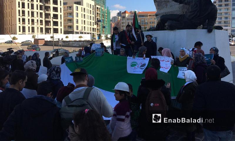 مواطنون سوريون وناشطون يقفون في ذكرى الثورة السورية الثامنة في ساحة الشهداء بالعاصمة اللبنانية بيروت- 17 من آذار 2019 (عنب بلدي)