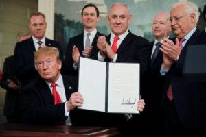 دونالد ترامب وبنيامين نتنياهو في أثناء توقيع قرار الاعتراف بسيادة إسرائيل على الجولان - آذار 2019 (رويترز)