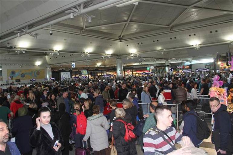 تجمهر للمسافرين بانتظار ختم جوازاتهم (hurriyet)