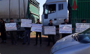 وقفة احتجاجية في اعزاز بالقرب من معبر باب السلامة للمطالبة بإلغاء العبور المباشر للشاحنات- 6 من آذار (ناشطون عبر فيس بوك)