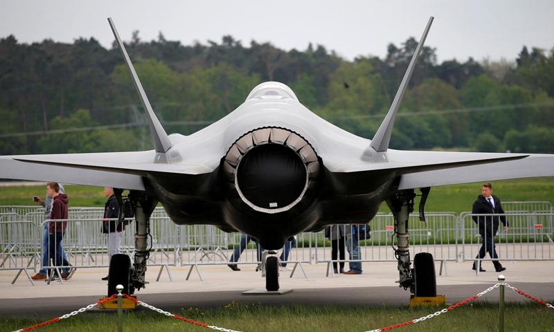 """مقاتلة """"F-35"""" الأمريكية في قاعدة برلين الجوية (رويترز)"""