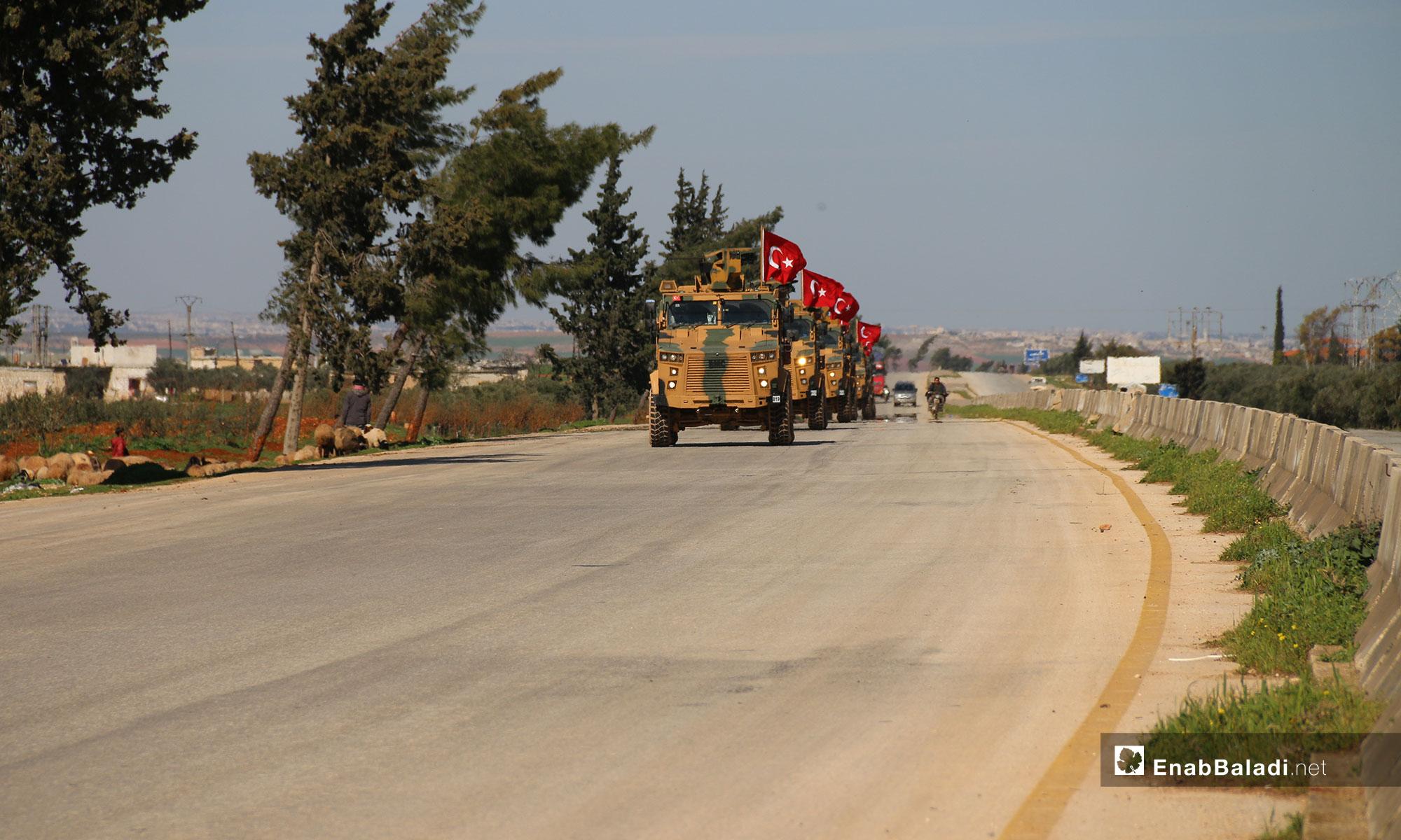 دورية تركية أثناء مرورها بمحافظة إدلب بعد ساعات على دخولها المنطقة العازلة باتفاق روسي 8 آذار 2019 (عنب بلدي)