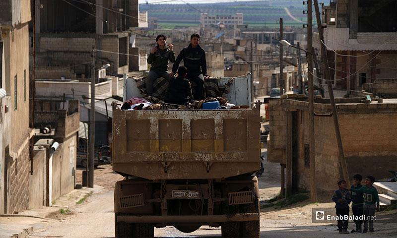 نزوح الأهالي من مدينة خان شيخون في إدلب - 3 من آذار 2019 (عنب بلدي)