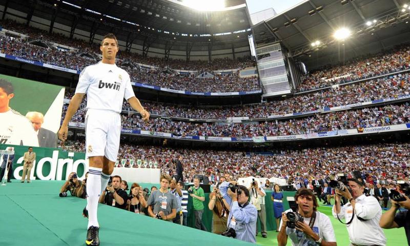 تقديم اللاعب البرتغالي كريستيانو رونالدو في ملعب سانتياغو برنابيو في مدريد- 2009 (AFP)