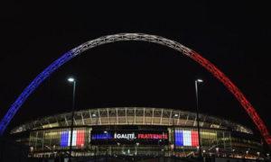 إضاءة ملعب ويمبلي بألوان العلم الفرنسي بعد الهجوم الذي استهدف مدينة نيس الفرنسية في عام 2016 (BBC)