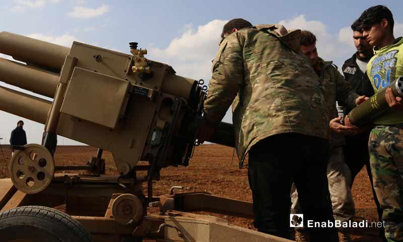 مقاتلون من جيش العزة بريف حماة الشمالي، أثناء تجهيزهم راجمة صواريخ آذار 2019 (عنب بلدي)