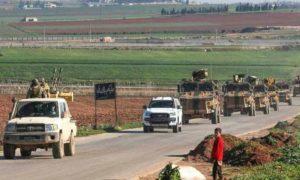 دورية تركية أثناء مرورها بمحافظة إدلب بعد ساعات على دخولها المنطقة العازلة باتفاق روسي 8 آذار 2019 (AFP)