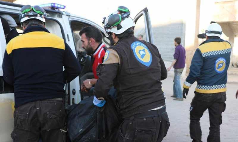فرق الدفاع المدني تسعف مدنيين بعد قصف طال مدينة معرة النعمان جنوبي إدلب 7 آذار 2019 (الدفاع المدني السوري)