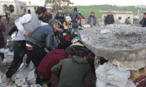 فرق الدفاع المدني ومدنيون يحاولون انتشال الضحايا من تحت أنقاض منزل مدمر بقصف بطائرات روسية في بلدة المنطار غربي إدلب 9 آذار 2019 (الدفاع المدني)