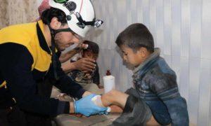 مصابين بقصف جوي على مخيم شرقي مدينة سراقب بريف إدلب الشرقي 13 آذار 2019 (الدفاع المدني السوري)