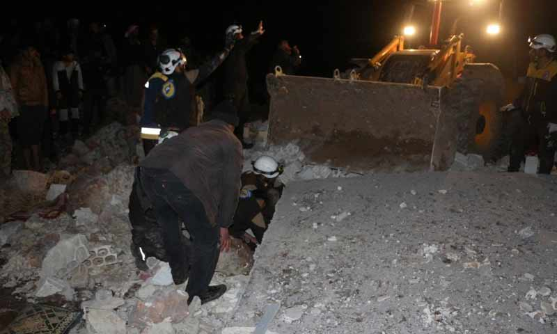 الدفاع المدني ينتشل ضحايا من أنقاض منزل تعرض لقصف من الطيران الحربي خلال ساعات الليل في قرية الفقيع جنوبي إدلب 21 آذار 2019 (الدفاع المدني السوري)