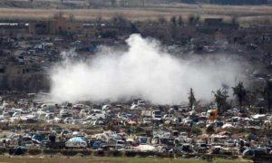 أعمدة الدخان تتصاعد من منطقة الباغوز شرق الفرات بعد قصفها من طيران التحالف الدولي 18 آذار 2019 (رويترز)