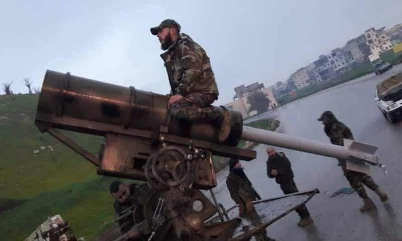 أحد عناصر قوات الأسد في مدينة السقيلبية أثناء قصفه على مناطق المعارضة بريف حماة الشمالي شباط 2019 (السقيلبية فيس بوك)