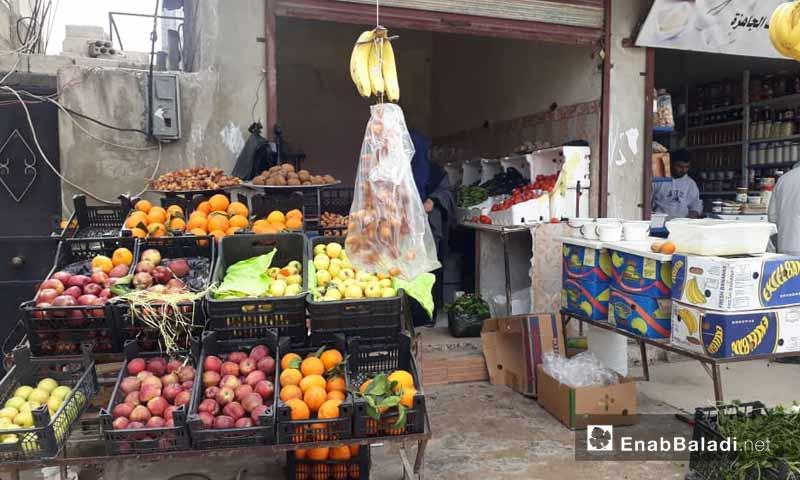 محل لبيع الخضار والفواكه في كفرنبل جنوبي إدلب 23 آذار 2019 (عنب بلدي)