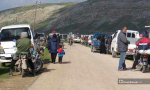 نزوح الأهالي من قرية الحويز إلى قرية شير المغاور تحت حماية القاعدة التركية في سهل الغاب – 18 من آذار 2019 (عنب بلدي)
