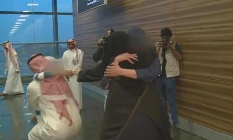 لحظة وصول طفلين سعوديين إلى ذويهما في العاصمة السعودية الرياض 30 آذار 2019 (قناة العربية)