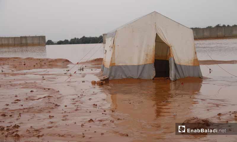 مخيمات غارقة نتيجة السيول والأمطار الغزيرة شمالي إدلب 31 آذار 2019 (عنب بلدي)