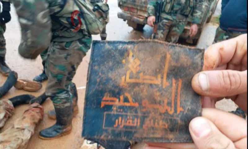 """مقاتلون من قوات الأسد يحملون شعار فصيل """"أنصار التوحيد"""" بعد هجوم على مواقعهم شمالي حماة - 3 آذار 2019 (الاخبارية السورية)"""