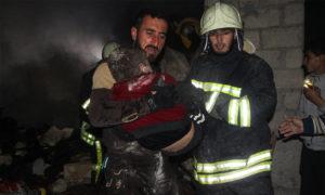فرق الدفاع المدني تخلي ضحايا القصف على خان شيخون بريف إدلب - 11 من آذار 2019 (الدفاع المدني)