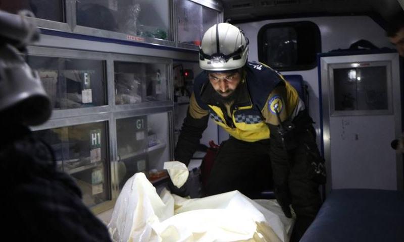 عناصر الدفاع المدني ينقذون مدنيين أصيبوا بقصف طائرات روسية في كفريا والفوعة بريف إدلب 22 آذار 2019 (الدفاع المدني السوري)