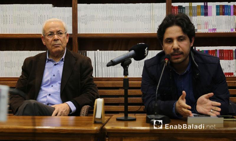 """المفكر السوري برهان غليون (يسار) يطلق كتابه """"عطب الذات"""" في اسطنبول - 16 آذار 2018 (عنب بلدي)"""
