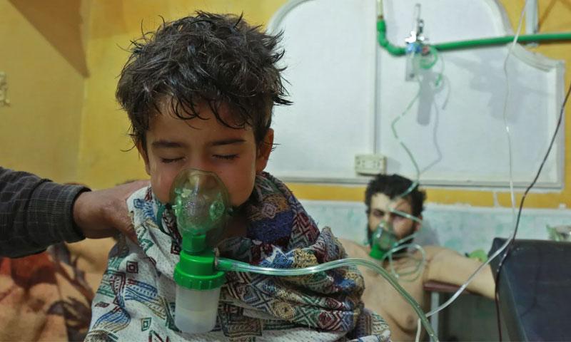 طفل يتلقى العلاج في بعد التعرض لهجوم كيماوي (AFP)