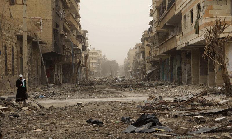مشهد للركام في دير الزور (رويترز)