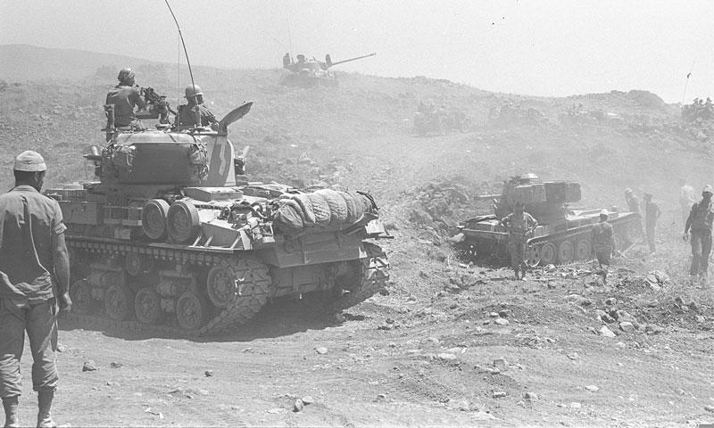 الدبابات الإسرائيلية وهي تتقدم على مرتفعات الجولان - تموز 1967 (ويكيبيديا)