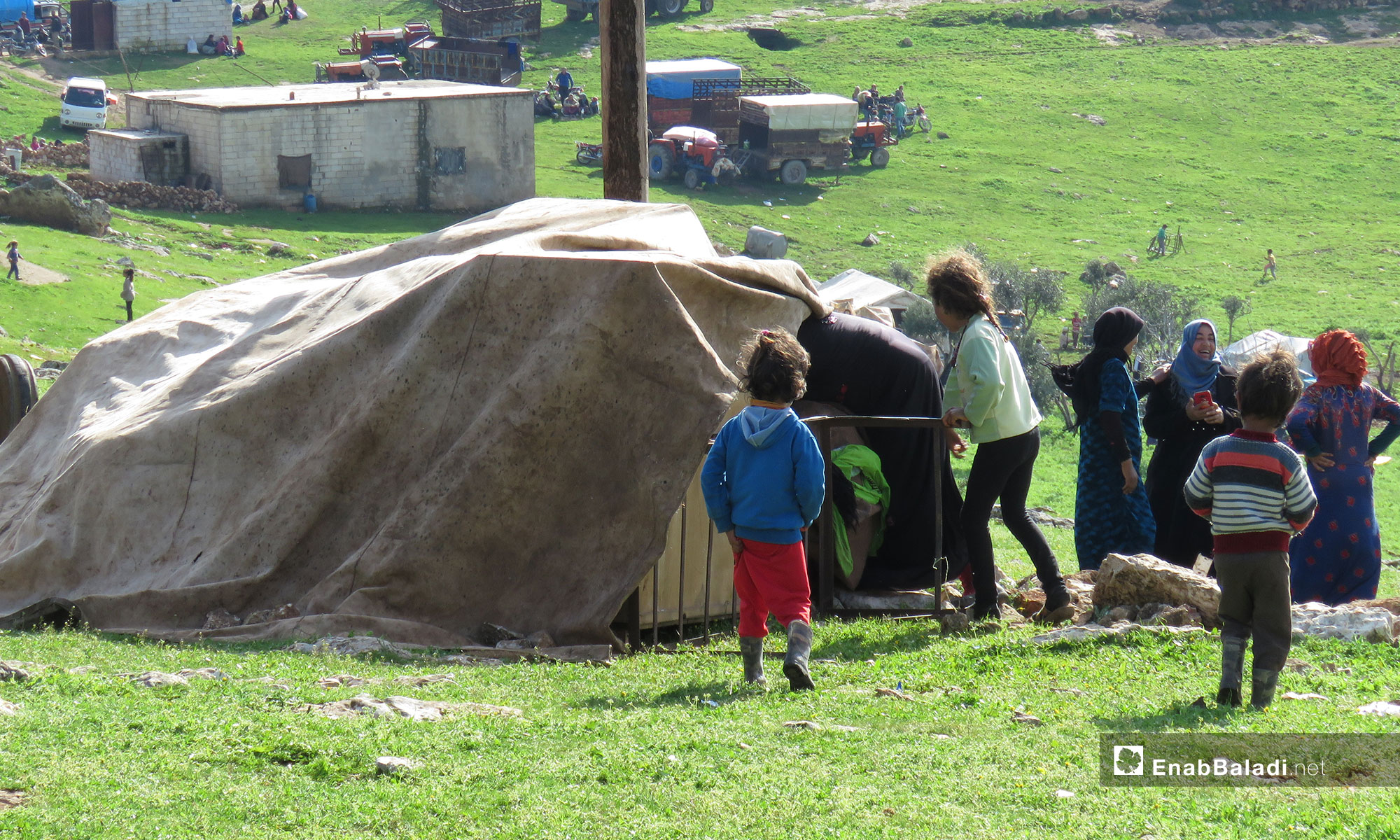 أطفال من قرية الحويز خلال النزوح إلى قرية شير المغاور  تحت حماية القاعدة التركية في سهل الغاب - 18 من آذار 2019 (عنب بلدي)