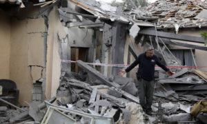 """الدمار الناجم عن سقوط أحد صواريخ حركة """"حماس"""" على مستوطنة تل أبيب (رويترز)"""