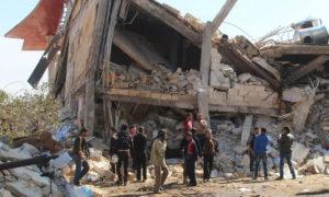 أشخاص متجمعون قرب ركام مشفى تديره أطباء بلا حدود في معرة النعمان بعد تعرضه لقصف جوي - شباط 2016 (AFP)
