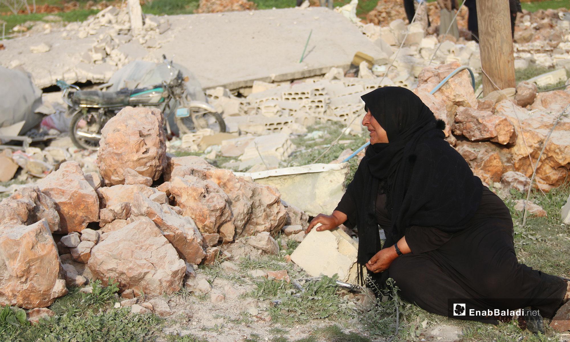 امرآة تجلس على ركام منزلها بعد قصفه من الطيران الروسي في بلدة الفقيع جنوبي إدلب - 21 من آذار 2019 (عنب بلدي)