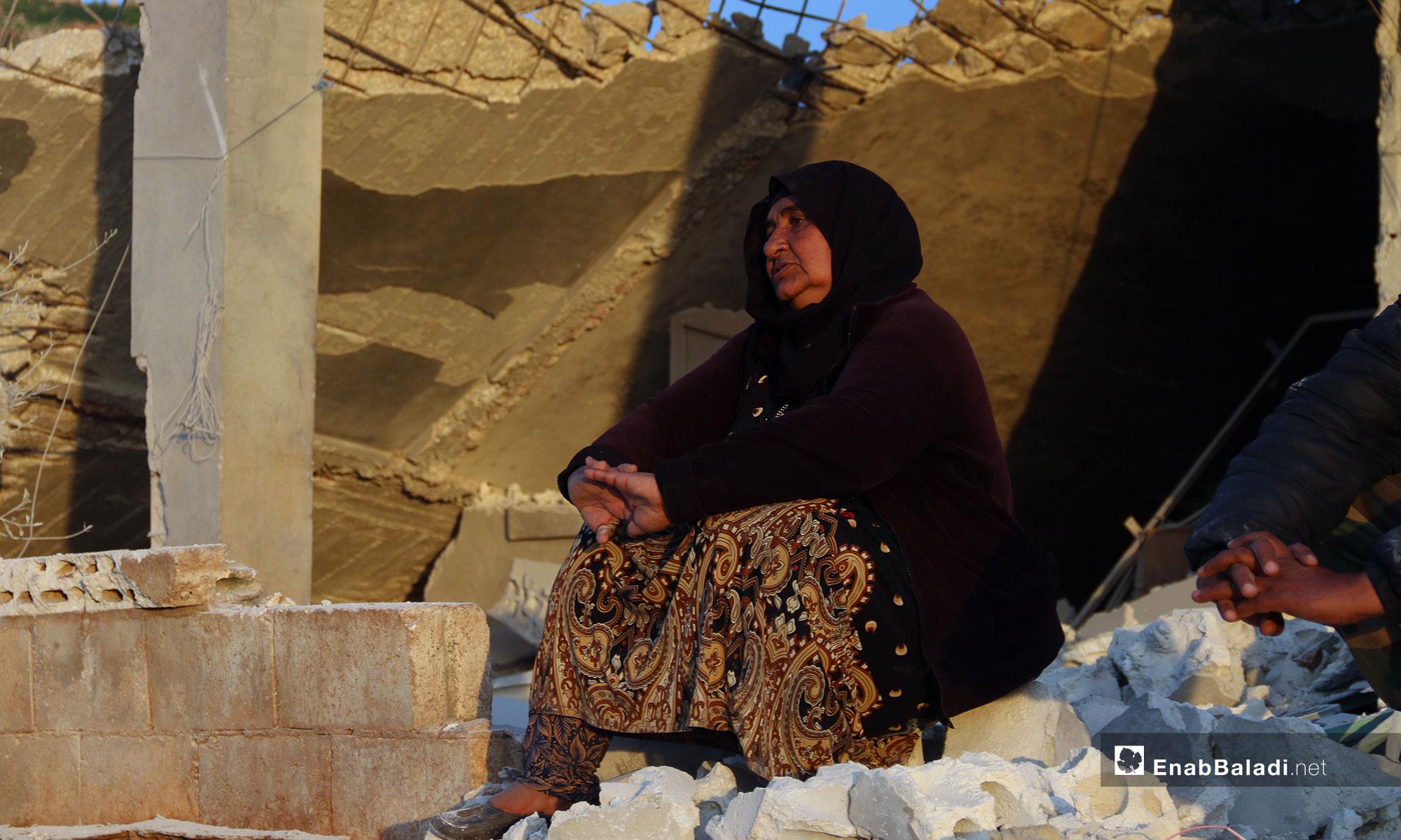 امرأة تجلس على ركام منزلها بعد قصفه من الطيران الروسي في بلدة الفقيع جنوبي إدلب - 21 من آذار 2019 (عنب بلدي)