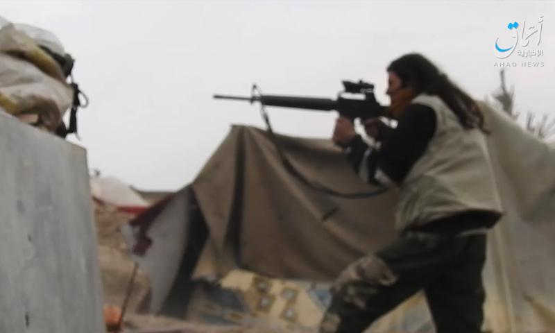 مقاتل من تنظيم الدولة يخوض اشتباكات من داخل مخيم الباغوز - 19 من آذار 2019 (وكالة أعماق)