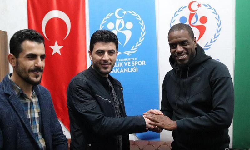 اللاعب السنغالي جاك فاتي يزور مدينة إعزاز بريف حلب (المجلس المحلي في إعزاز)