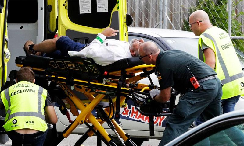 رجل على نقالة يتم إسعافه جراء إطلاق النار على مسجد في نيوزيلاندا - 15 آذار 2019 (AP)