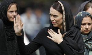 رئيسة الوزراء النيوزيلندية جاسيندا أرديرن تلوح وهي تغادر صلاة الجمعة في كرايستشريش - 22 آذار 2019 (AP)