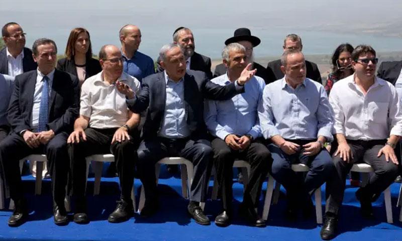 رئيس الوزراء الإسرائيلي بنيامين نتنياهو مع وزرائه في الجولان - نيسان 2016 (AFP)