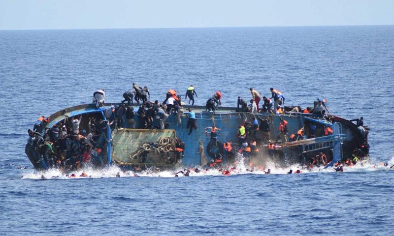 مركب لمهاجرين أفارقة ينقلب بالبحر المتوسط قبالة السواحل الإيطالية (رويترز)
