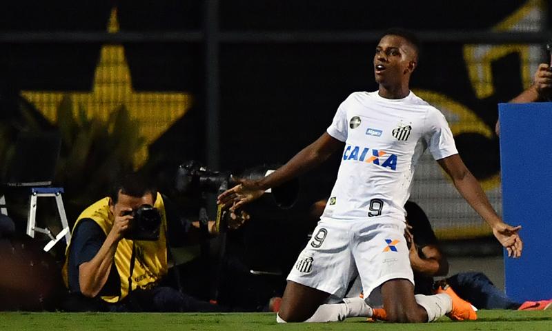 جناح نادي سانتوس البرازيلي، رودريغو دو غويس (AFP)