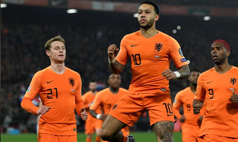 لاعب المنتخب الهولندي ممفيس ديباي يسجل هدفين في مطلع منافسات تصفيات أمم أوروبا 2020 (رويترز)
