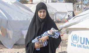 شميما بيجوم وابنها في مخيم الهول - شباط 2019 (الديلي ميل)