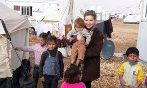 الناشطة في العمل الإغاثي راوية الأسود في مخيمات اللاجئين السوريين - (سوريات عبر الحدود)