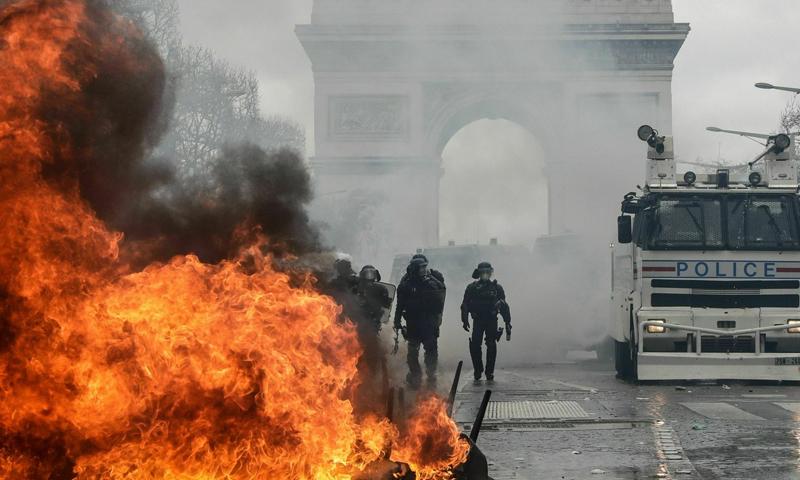 """أعمال شغب في احتجاجات """"السترات الصفراء"""" في العاصمة الفرنسية باريس- 16 من آذار 2019 (AFP)"""