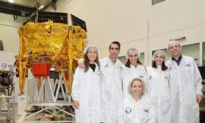 الفريق العلمي الإسرائيلي بجانب المركبة الإسرائيلية (موقع سبيس ايل)