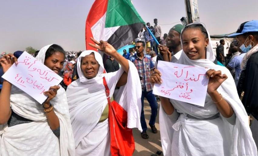 متظاهرون سودانيون عقب بيان وزير الدفاع بالخرطوم - 11 من نيسان 2019 (رويترز)