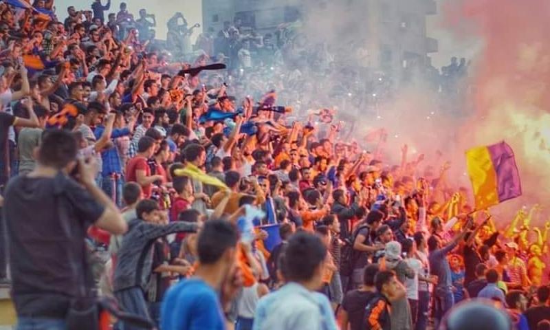 جماهير نادي الكرامة في ملعبه بمدينة حمص (صفحة فوتغرافي)